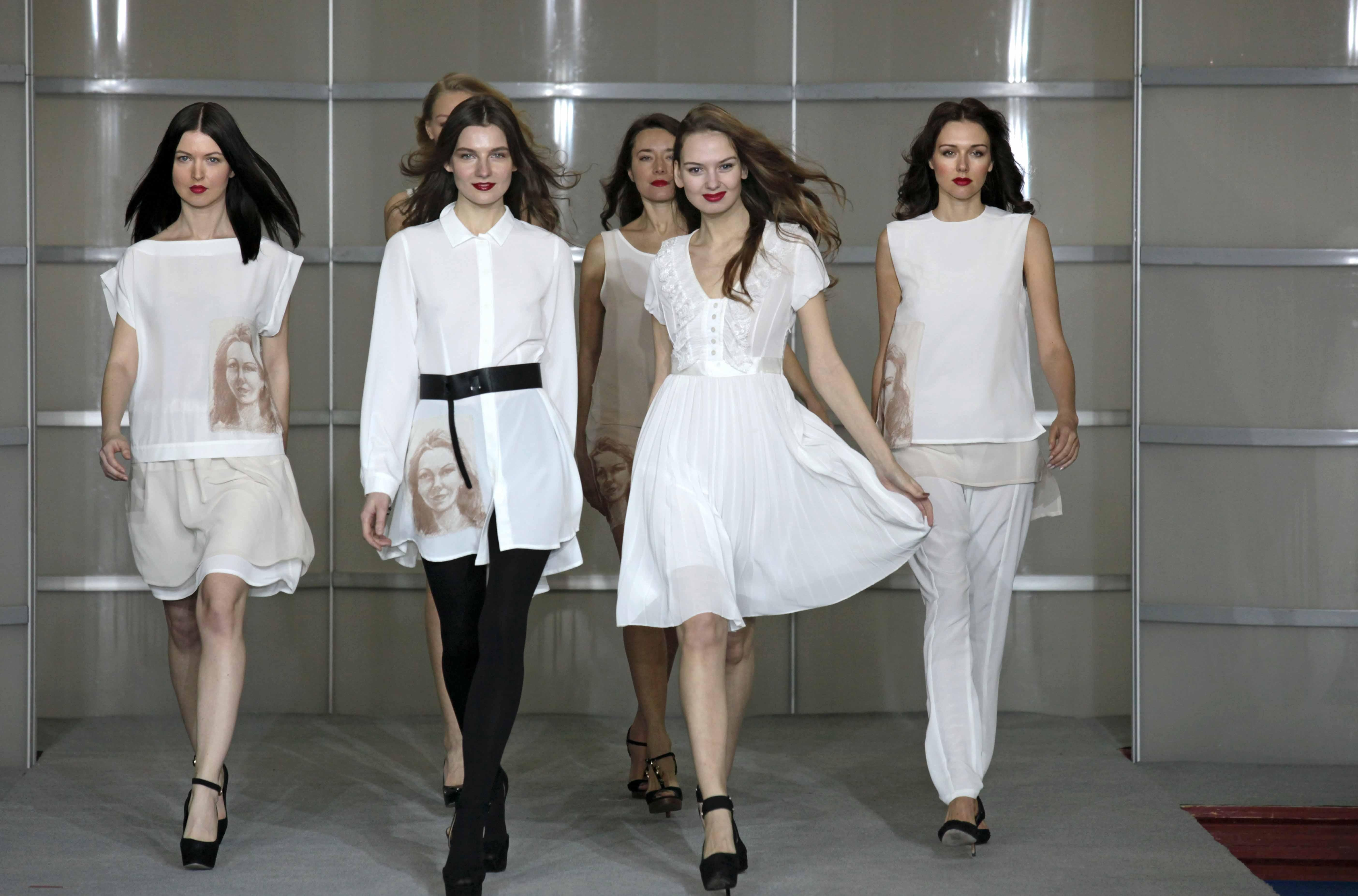 the best way for the fashion industry to market diversity The fashion industry affects society both positively and negatively, especially negatively, in ways like eating disorders, providing sizes for plus-size consumers, and representation of plus-size models and ethnically diverse models.