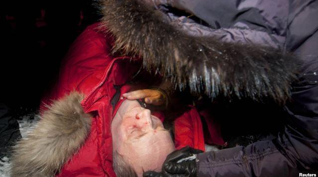Кандидат в президенты от оппозиции Владимир Некляев лежит на земле, избитый полицией