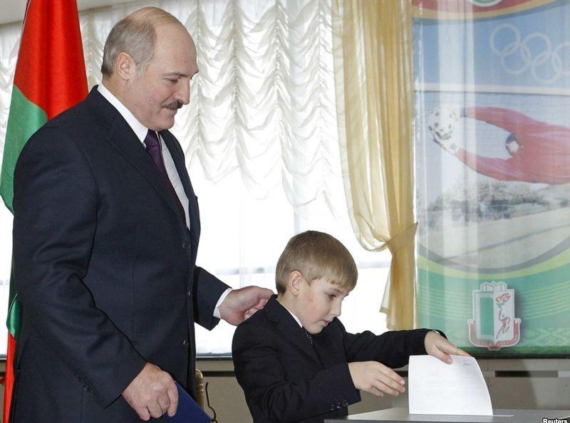 Действующий президент Беларуси Александр Лукашенко с сыном голосует в день выборов президента