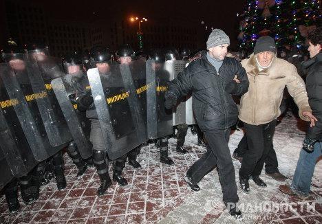 Оппозиция оставила лишь следы погрома у вход в дом правительства