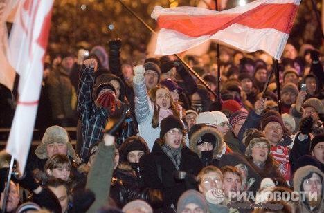 Около 21.00 митингующие вышли на проезжую часть