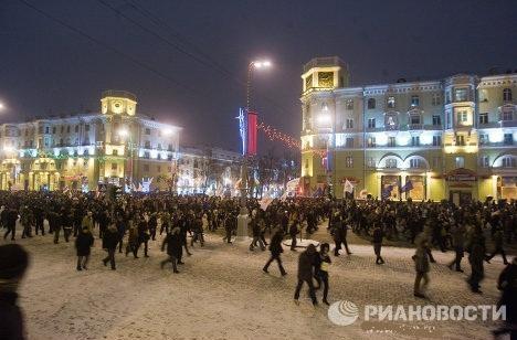 На площади Независимости оппозиционеры начали штурмовать дом правительства