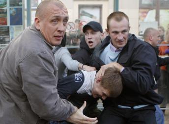 Белорусские силовики в штатском задерживают участников акции молчаливого протеста в Минске 3 июля 2011
