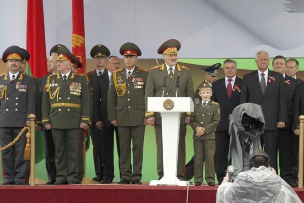 Президент А. Лукашенко с сыном Николаем на параде по случаю Дня Независимости Беларуси 3 июля 2011