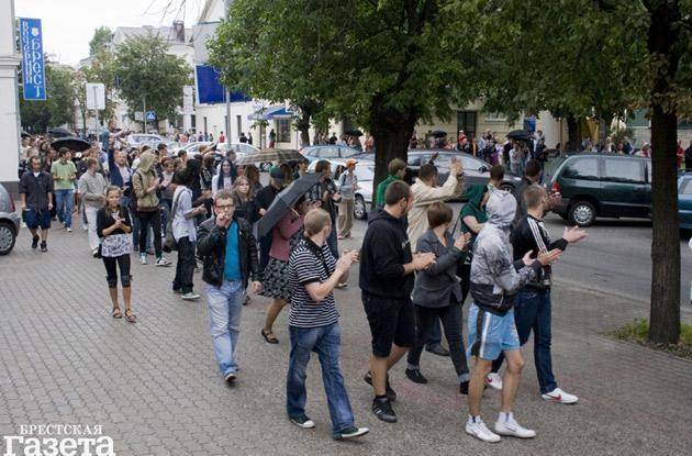 По оценкам наблюдателей, в целом в Бресте в акции приняло участие не менее 600 человек