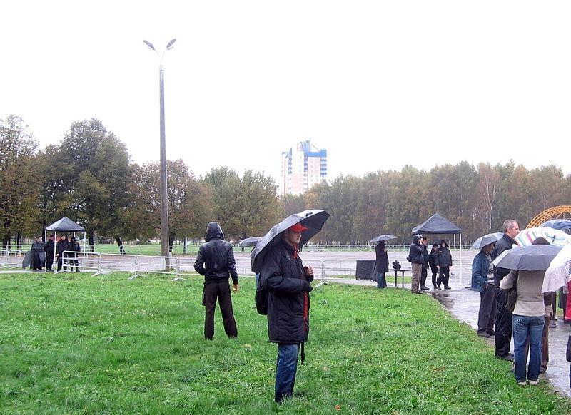 Место, где предполагалось проведение акции, было оцеплено и огорожено турникетами с пунктами пропуска