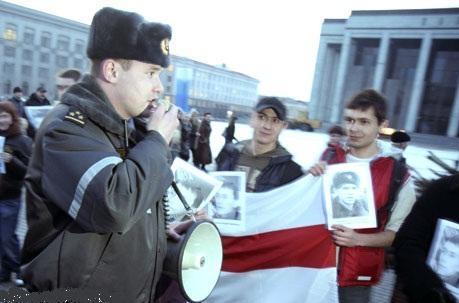 Все это время демонстранты практически беспрерывно скандировали Свободу политзаключенным!