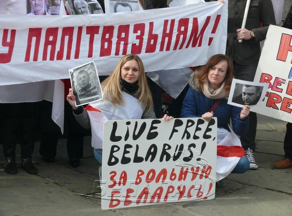 Митинг закончился исполнением белорусских гимнов