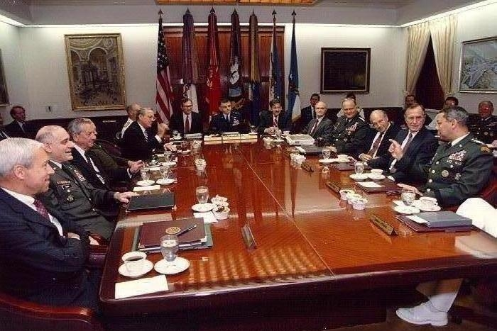 http://investments.academic.ru/pictures/investments/img227924_4-1_Dzh-Bush_na_soveschanii_v_Pentagone.jpg