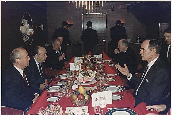 http://investments.academic.ru/pictures/investments/img227927_5-1_Bush_i_Gorbachev_na_sammite_na_Malte_v_1989_godu.jpg